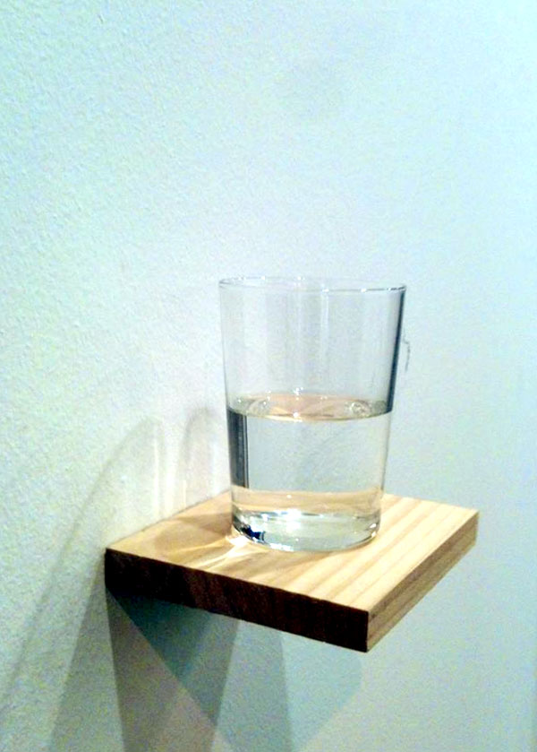 Réplica21: Wilfredo Prieto, Jean Baudrillard y el desasosiego de un vaso con agua por Píter Ortega
